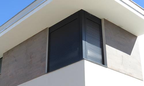 janela de aluminio com persiana preta